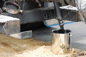Safe sampling of hot bitumen from road tankers